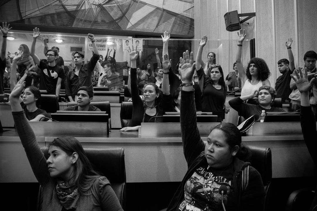 Toma del Congreso de Sonora en protesta por la desaparición de los 43 estudiantes de la Normal Isidro Burgos de Ayotzinapa (20 de noviembre de 2014). Foto: Alonso Castillo
